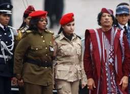 Il rais Muammar Gheddafi con le amazzoni, sue guardie del corpo