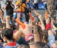 I giovani protestano contro il metodo del bastone e della carota