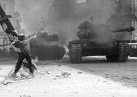 Gennarino Capuozzo lancia una bomba a mano contro i carri armati tedeschi